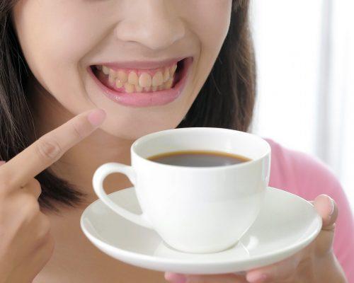 the coffee turns the woman teeth yellow